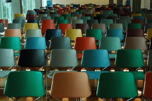 Filas de sillas coloridas vacías en la sala de conferencias