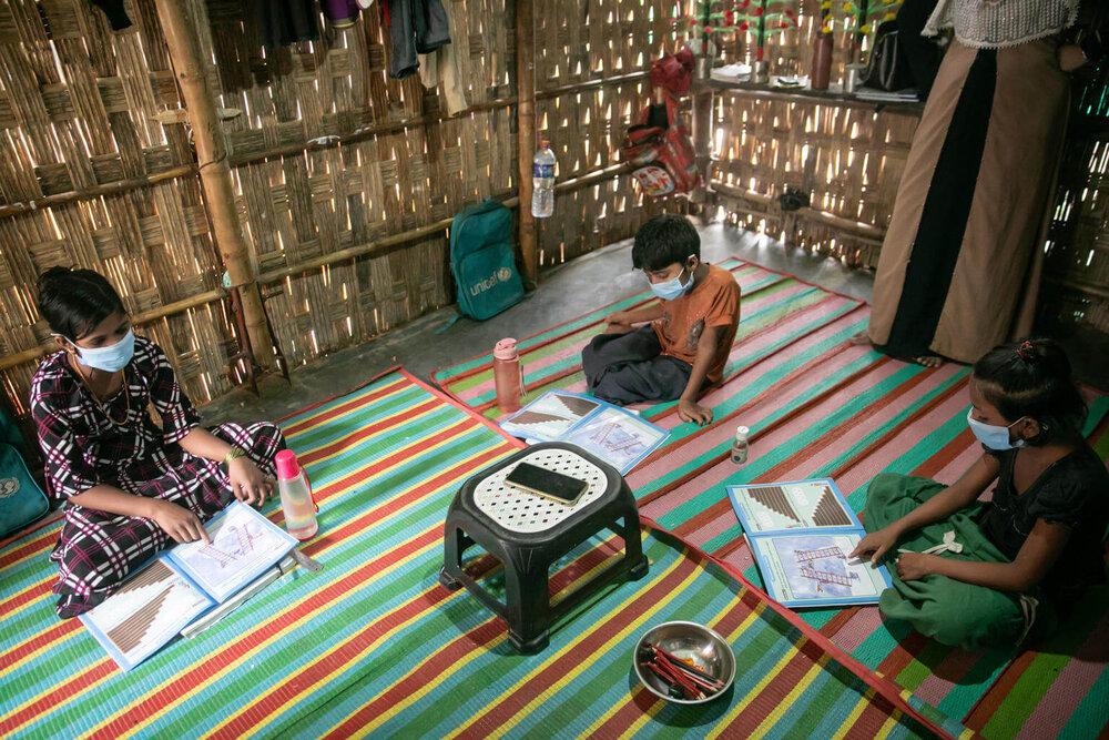 Niños estudian en casa bajo la nueva modalidad de aprendizaje en línea en Bangladesh durante la pandemia. / Foto de  Rashad Wajahat Lateef. UNICEF/UNI360600/Lateef.
